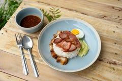 Rijst met rood varkensvlees met rode saus Royalty-vrije Stock Foto