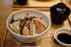 Rijst met ruwe zeevruchten op de bovenkant Stock Fotografie