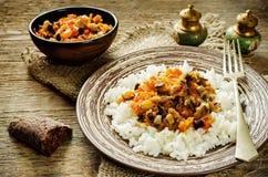 Rijst met saus van aubergine, peper en tomaten royalty-vrije stock afbeeldingen