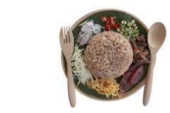 Rijst met Thaise die de mensenvraag Kao Cluk Ka Pi wordt van het garnalendeeg op witte achtergrond wordt geïsoleerd gemengd die stock foto's