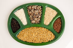 Rijst, ongepelde rijst, witte rijst, rode rijst, ongepelde rijst, rode rijst, purpere rijst Rijst en gecombineerde rijst ongepeld Stock Afbeeldingen