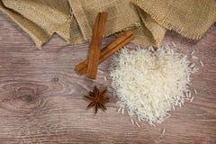 Rijst op hout met pijpjes kaneel Royalty-vrije Stock Foto