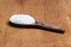 Rijst op houten gietlepel Royalty-vrije Stock Afbeelding