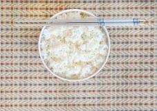 Rijst in witte kom met eetstokje Stock Foto