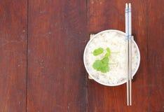 Rijst in witte kom met eetstokje Royalty-vrije Stock Afbeelding