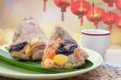 Rijstbollen of zongzi met thee Traditioneel Chinees voedsel Royalty-vrije Stock Afbeeldingen