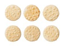 Rijstcrackers op witte achtergrond worden geïsoleerd die stock fotografie