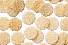 Rijstcrackers op witte achtergrond worden geïsoleerd die royalty-vrije stock fotografie