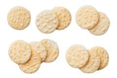 Rijstcrackers op witte achtergrond worden geïsoleerd die stock foto
