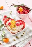 Rijstebrij met frambozen stock afbeelding