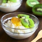 Rijstebrij met Kiwi, Oranje Jam en Kaneel Royalty-vrije Stock Afbeeldingen