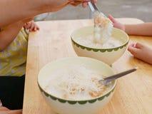 Rijsthavermoutpap met eierengrap en knapperige gefrituurde noedels stock afbeeldingen