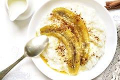 Rijsthavermoutpap met kokosmelk, gekarameliseerde banaan en kaneel royalty-vrije stock foto's