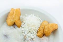 Rijsthavermoutpap met met gebraden gebakjes in Thaise stijl Stock Foto's