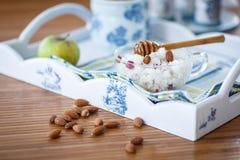 Rijsthavermoutpap met noten en honing Stock Afbeelding
