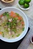Rijsthavermoutpap met varkensvlees stock afbeeldingen