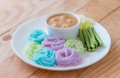 Rijstnoedels in de saus van de vissenkerrie met groenten Stock Foto