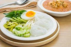 Rijstnoedels met gekookt ei op plaat en kerriekrab, Thais voedsel royalty-vrije stock foto's