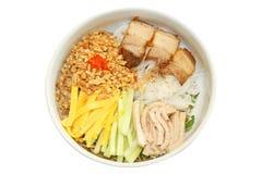 Rijstnoedels met vlees en gemengde die groente, het voedsel van Vietnam op witte achtergrond wordt geïsoleerd stock afbeelding