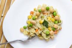 Rijstsalade met groenten Stock Foto's
