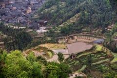 Rijstterrassen op heuvel dichtbij dorp van etnische minderheid, China royalty-vrije stock afbeelding