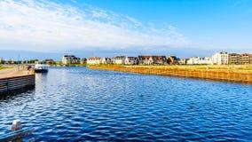 Rijtjeshuizen en flats in het historische visserijdorp stock foto's