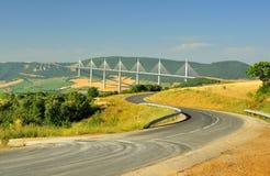 Rijweg aan het Millau viaduct, zuidelijk Frankrijk Royalty-vrije Stock Afbeeldingen