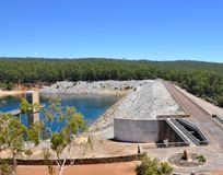 Rijweg en Afvoerkanaal: Serpentine Dam stock afbeeldingen