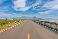 rijweg voor vervoer met berg en groen gras Royalty-vrije Stock Afbeeldingen