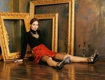 Rik brunettkvinna för skönhet i lyxigt inre near Fotografering för Bildbyråer