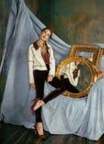 Rik brunettkvinna för skönhet i lyxiga inre near tomma ramar, tappningeleganslatinamerikan, hem bara Arkivbild