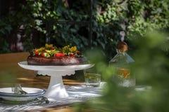 Rik mörk chokladkaka i ett sommarlynne Royaltyfri Bild