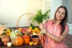 Rik skörd för odlare av grönsaker, enorm harve för trevlig flickaträdgårdsmästare Royaltyfria Bilder