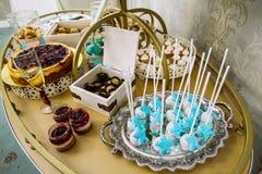 Rik tematisk bröllopgodisstång, hög variation av sötsaker royaltyfri foto