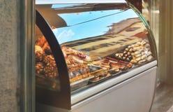 Rik variation av italienska kakor, donuts, rån ställer ut in Arkivbilder