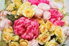 Rika bukettblommor av olika färger som är blandade i kvinnahand Royaltyfri Fotografi
