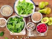 Rika foods för fiber och för carbs på ett träbräde Sunt banta eatinen arkivfoto