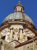 Rika yttre garneringar av kupolen av den kyrkliga `-delCarmine Maggiore `en till Palermo, Sicilien, Italien royaltyfri bild