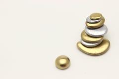 Guld- Pebblecontemplkation av rikedomen Arkivfoton