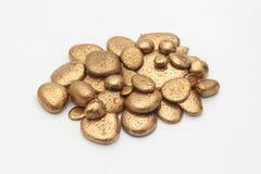 Guld- Pebblebegrundande av rikedomen Arkivfoto