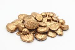 Guld- Pebblecontemplkation av rikedomen Arkivfoto