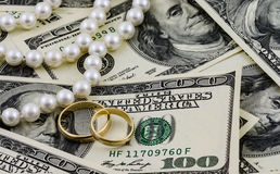Rikedom, US dollar, guld- cirklar och verkliga pärlor Royaltyfria Foton