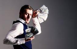 Rikeman den lyckade entreprenören får kassa, sedlar, valuta, dollar royaltyfria bilder