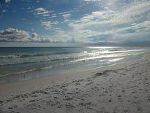 Rikligt solsken, silvrigt vatten & blåa himlar fotografering för bildbyråer