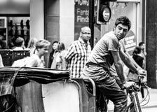 Rikscha-Reiter auf London-Straße Stockfotos