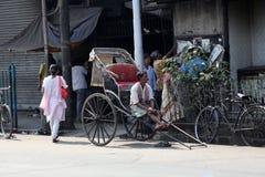 Rikschafahrer, der in Kolkata arbeitet Stockbilder
