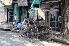 Rikschafahrer, der an in Kolkata arbeitet Lizenzfreie Stockbilder