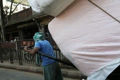 Rikschafahrer, der in Kolkata arbeitet Lizenzfreie Stockbilder