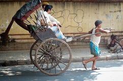 Rikschafahrer, der in Kolkata, Indien arbeitet Lizenzfreie Stockfotos
