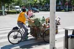 Rikschareiter transportiert Abfall für die Wiederverwertung in seiner Fahrradrikscha Lizenzfreie Stockbilder